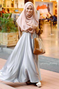 ghaida tsurayya seneng lihat kakak ini, istiqomah pake kaos kaki :p Stylish Hijab, Hijab Casual, Hijab Chic, Hijab Outfit, Modest Wear, Modest Outfits, Modest Fashion, Muslim Women Fashion, Islamic Fashion
