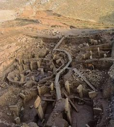 Göbekli Tepe : Mysterious Gobekli Tepe - The world's oldest temple. Carbon dated to just after the last ice age. In Urfa - Turkey Ancient Ruins, Ancient Artifacts, Ancient History, Site Archéologique, Art Ancien, By Any Means Necessary, Mysterious Places, Mystery Of History, Archaeological Site