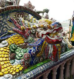 Das surpresas incríveis que o Vietnã revela, uma pagoda inteirinha decorada com cacos de cerâmica e vidro em Dalat || [English] Amazing surprises in Vietnam: a pagoda decorated with pieces of pottery and glass in Dalat