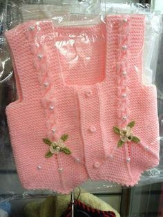 This Pin was discovered by Ayl Lace Knitting Patterns, Knitting Stitches, Knitting Designs, Baby Knitting, Baby Cardigan, Baby Vest, Baby Baby, Crochet For Kids, Crochet Baby