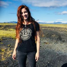 Patty Gurdy, hot Celtic singer in t-shirt and jeans. Folk Bands, Celtic Music, Music Covers, T Shirt And Jeans, Gothic Girls, Actresses, Actors, T Shirts For Women, Photo And Video