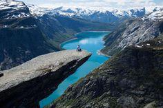 """Trolltunga, Noruega. Rocha em forma de língua que sobressai de uma montanha a 700 m de altitude. O nome traduz-se para """"a língua do troll""""."""