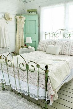 The bedroom should be warm, welcoming and tranquil. Shabby chic bedroom style can make this possible. Having a focal point is key to creating a shabby chic bedroom. Bedroom Vintage, Shabby Chic Bedrooms, Shabby Chic Homes, Shabby Chic Furniture, Vintage Beds, Vintage Decor, Vintage Furniture, Aqua Bedrooms, Shabby Chic Iron Bed