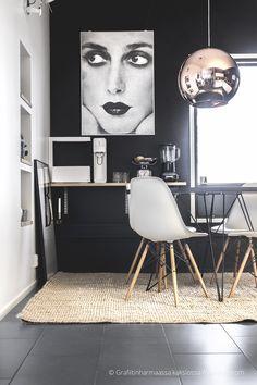 Tammivaltaus keittiössä // Grafiitinharmaassa kaksiossa Eames, Dining Chairs, Kitchen, Furniture, Home Decor, Cooking, Decoration Home, Room Decor, Kitchens