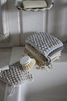handgemachte-gestrickte-Badezimmer-Accessoires-shabby-chic-Stil The post Coole und praktische Badezimmer Ideen und Bilder appeared first on PINK DiY. Crochet Kitchen, Crochet Home, Diy Crochet, Hand Crochet, Learn Crochet, Crochet Shawl, Crochet Crafts, Crochet Ideas, Sewing Crafts