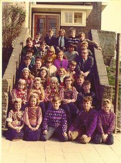 Marken klassefoto 1967 een paar kinderen nog in klederdracht. Vanaf zo ongeveer 1984 zie je ineens niemand meer in klederdracht...