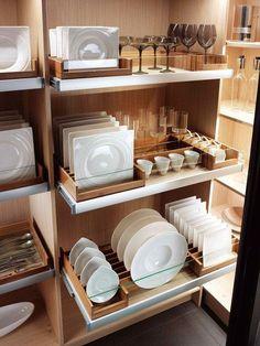 Un vaisselier revu et corrigé. Le Dresselier® est une véritable pièce qui se referme grâce à de grands coulissants et qui comprend des étagères coulissantes et des casiers. Il est décliné en 3 dimensions, sur-mesure en hauteur et largeur au millimètre près. Dresselier®. Mobalpa. www.mobalpa.com