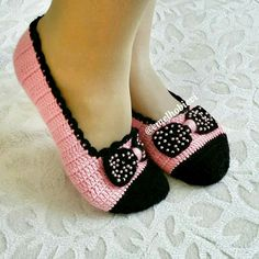 Çok hoş 👍👍💕💝🌷photo by 👉👉👉 👏👏💐💝🌷👍👍 . Crochet Boots, Love Crochet, Learn To Crochet, Crochet Clothes, Knit Crochet, Cute Slippers, Knitted Slippers, Crochet Slipper Pattern, Crochet Patterns