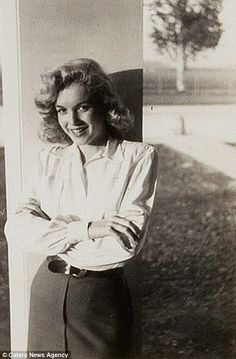 While Marilyn had a successful career as a pin-up girl before moving to Hollywood she did not truly break the film industry until at least four years after these pictures were taken Rare images of Marilyn Monroe before she found fame go up fo Marylin Monroe, Young Marilyn Monroe, Marilyn Monroe Photos, Classic Hollywood, Old Hollywood, Hollywood Actresses, Cinema Tv, Rare Images, Rare Photos