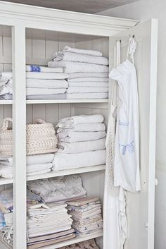 Kan et vaskerom være vakkert? Bathroom Spa, Laundry In Bathroom, What A Nice Day, Linen Cupboard, Linens And Lace, White Linens, White Furniture, Home Organization, Shabby Chic