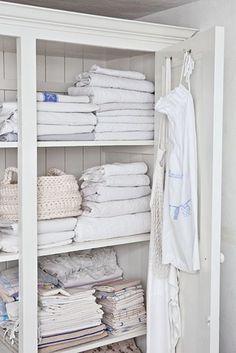 KAN ET VASKEROM VÆRE VAKKERT? Er du glad i gamle tekstiler? Et gammeldags lintøyskap er perfekt for å vise fram og oppbevare duker, kjøkkenhåndklær og sengetøy på en dekorativ måte | BoligPluss