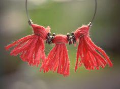 De jolies boucles d'oreilles -colorées et avec des pompoms! - à fabriquer soi-même pour l'été! Le tuto, très simple, est sur le blog ☀️