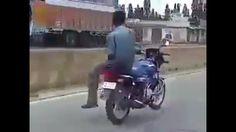 Jangan Ditiru ! Lihat Atraksi Berbahaya Pria Ini Saat Mengendarai Sepeda Motor