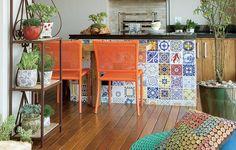 """A varanda é o lugar mais importante do apartamento para o casal Aline Oishi e José Delena. """"A sensação é de estarmos no quintal de uma casa"""", conta a moradora. Os azulejos antigos que revestem a bancada contribuem para o clima"""