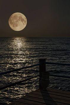 Fabulous Full Moon Photography To Keep You Fascinated - Bored Art Moon Moon, Luna Moon, Moon Rise, Big Moon, Crazy Moon, Moon Shadow, Sombra Lunar, Ciel Nocturne, Shoot The Moon
