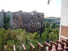 Piso en la localidad de Móstoles de 75 m2 repartidos en 3 habitaciones, 1 baño completo, salón comedor con terraza y cocina independiente. Edificio con ascensor.