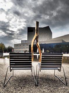 Bregenz am Bodensee  • Seebühne und Theatervorplatz •  Seit 1946 gibt es sie, die Bregenzer Festspiele. Bregenz hat durch die Veranstaltungen  Weltruf erlangt.  Im Juli und August sind die Festspiele Magnet für 200.000 Zuschauer. Ewa 80 Aufführungen gibt es in diesen beiden Monaten.