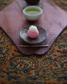 today, I made japanese confectionery NERIKIRI which express Chrysanthemum😊😊😊 ▫️▫️▫️▫️▫️▫️▫️▫️▫️▫️▫️▫️▫️▫️▫️▫️▫️▫️ . 毎年 重陽のお節句近くになると、 恐る恐る作ってみる、「着せ綿」 . 今年も作ってみたけど、、 こういうのを作ると、プロの方の技術の高さを思い知らされます。 . . でも、、 . せっかく格闘したので 今年も記念にアップさせてください。🙏🏻 . . ▫️▫️▫️▫️▫️▫️▫️▫️▫️▫️#和菓子#練り切り#練切り#上生菓子#wagashi#煉切#器#和食器#still_life_gallery#japaneseculture#nisnap#japon#japan#テーブルセッティング#和の心#おやつ#茶道#緑茶#お抹茶#創作和菓子#discoverjapan#ig_japan#japaneseconfection#japaneseconfectionery#japanesesweets#instagramjapan#着せ綿#菊