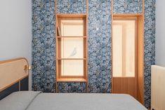 Trasformare la camera da letto con la carta da parati Studios Architecture, Architecture Interiors, Double Glass Doors, Mirrored Furniture, Ceiling Height, Double Bedroom, Wall Treatments, Floor Design, Minimalist Design