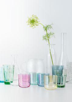 Farbige Gläser machen Laune! Unsere POLKA Gläser hier mit den sanften Farben passen sich auch gut durchsichtigen Gläsern an, die bereits zuhause stehen.