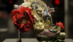 """O modelo """"Alice,"""" também de Nicholas Kirkwood, faz alusão ao universo da personagem de Lewis Carroll Foto: AP"""