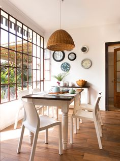 〚 Walls in dining area: 15 examples of decoration 〛 ◾ Photos ◾Ideas◾ Design Antique Dining Chairs, Wooden Dining Tables, Home Living, Living Spaces, Cottage Dining Rooms, Small Furniture, Cozy Place, Design Case, Ideal Home