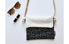 Diese Umhängetasche kannst Du in der Höhe variieren - sowohl was das Taschenvolumen als auch die Riemenlänge betrifft.   Auf Anfrage sind noch weitere Designs verfügbar.  **Designer:** Zana...