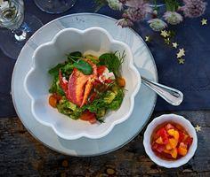 En lyxig förrätt som sätter guldkant på såväl nyårsmiddagen som födelsedagskalaset. Du väljer själv vilka skaldjur du använder – räkor, pilgrimsmusslor, hummer eller varför inte en blandning av havets läckerheter? Swedish Traditions, Hummer, Couscous, Ratatouille, Holiday Recipes, Pork, Salad, Beef, Chicken