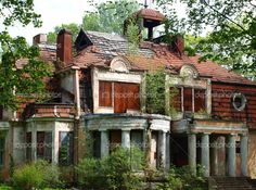 old, abandoned mansion. I love these old houses Old Abandoned Buildings, Abandoned Property, Abandoned Castles, Old Buildings, Abandoned Places, Old Mansions, Abandoned Mansions, Beautiful Buildings, Beautiful Homes