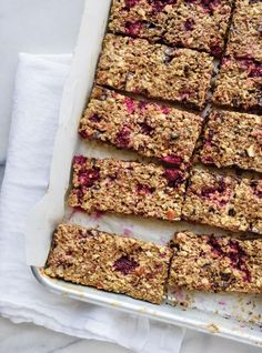 Ricardo recipe from breakfast bar with raspberry and dark chocolate Breakfast Bars, Best Breakfast, Breakfast Recipes, Snack Recipes, Snacks, School Lunch Recipes, Ricardo Recipe, Desserts With Biscuits, Good Food