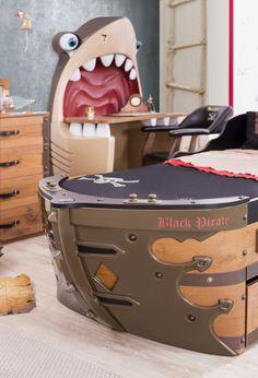 Cilek Black Pirate Piratenschiff I In diesem Piratenbett kann man in jeder Nacht allen gefährlichen Wassern trotzen. Mit gleich acht optisch eingelassenen Kanonen können andere Piratenschiffe erfolgreich abgewehrt werden. Bug und...  #kinder #kinderzimmer #kinderbett #cilek  #pirat #piratenschiff