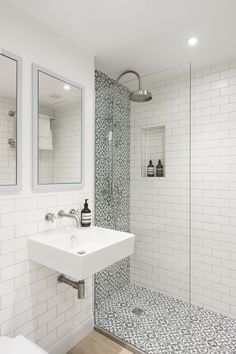 Love the use of grey and white patterned tiles in this shower area in this bathr... - #bathr #patterned #shower #tiles #white- #Genel