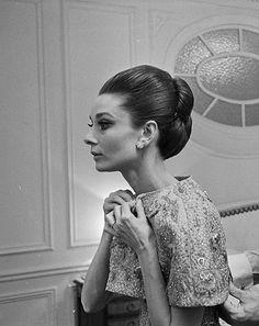 iconic ᘛ actress portrait audrey hepburn Audrey Hepburn Photos, Audrey Hepburn Style, Divas, Style Icons Inspiration, Celebrity Film, Models, Classic Beauty, Elvis Presley, Classic Hollywood