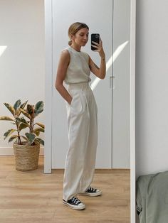 This Is How the Coolest Minimalists Are Dressing Now - - Minimalist fashion is back, but not as you know. Think luxe fabrics in gorgeously cut pieces. Find out about one of the biggest spring/summer 2020 trends. Fashion 90s, Fashion Mode, Look Fashion, Fashion Outfits, Runway Fashion, Classy Fashion, Fashion Trends, Fashion Ideas, Autumn Fashion