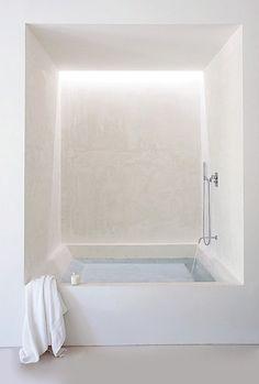 """Preciosa bañera minimalista y al mismo tiempo """"artesanal"""", gracias a su acabado en Mortex (micro-cemento), tadelakt o similar."""