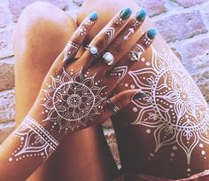 While the traditional henna is making its rounds for ages, who would not like some fresh change in the mehendi department! From Arabic