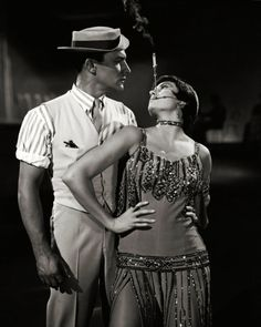 Gene Kelly, Cyd Charisse em Cantando na Chuda. Golden Age Of Hollywood, Classic Hollywood, Old Hollywood, Gene Kelly, Beverly Hills, Cyd Charisse, Musical Film, Musical Theatre, Singing In The Rain