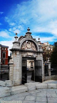Puerta neoclásica en la entrada de los jardines del Parterre en el Retiro. Neoclassic Entrance, Parterre Gardens. El Retiro, Madrid
