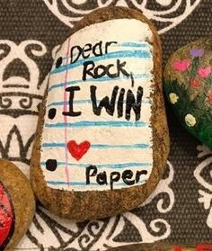 Painted rocks diy - Easy Paint Rock For Try at Home (Stone Art & Rock Painting Ideas) Holly Jordan – Painted rocks diy Rock Painting Ideas Easy, Rock Painting Designs, Painting For Kids, Diy Painting, Happy Rock, Stone Crafts, Rock Crafts, Pebble Painting, Pebble Art
