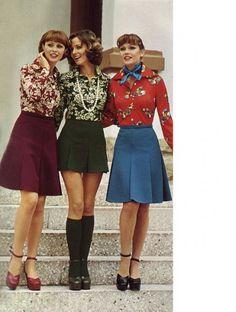 Moda anni 70: gonne svasate e camicie con stampe floreali