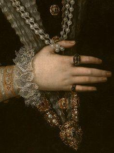 El cuerpo o corpiño si se adornaba con bordados de gran realce, frecuentemente enriquecido de perlas y cuentas de coral y hasta de joyeles de pedrería