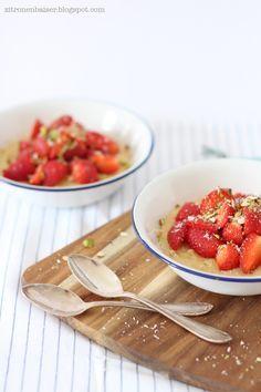 Leckeres Frühstücksrezept: Kokos-Polenta mit Erdbeeren / www.thewaitress.de