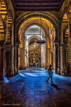 El interior de la mezquita de Córdoba, España. Tiene los arcos y las columnas. Los detallados de oros son bonitos.