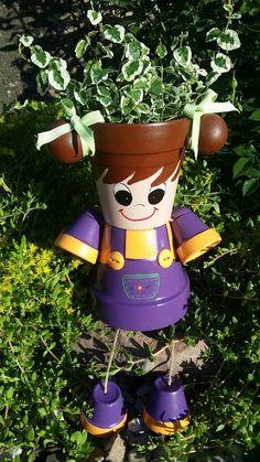 Cette mignonne petite fille avec des tresses pourrait être le discours de votre fleur/rock jardin ou même assis sur votre terrasse, même une