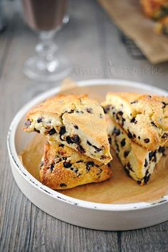 Looking for a yummy kid-friendly scone recipe? Our Chocolate Chip Scones is guaranteed to be a hit with kids of all ages! Sweet Desserts, Sweet Recipes, French Recipes, Scones Chocolate Chips, Cas, Brunch, Sandwiches, Banana Chips, Pastry Blender