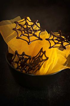 How to make chocolate spider webs for Halloween Dulces Halloween, Halloween Food For Party, Halloween Ideas, Chocolate Spiders, Samhain Halloween, Family Birthdays, French Pastries, How To Make Chocolate, Pumpkin Carving