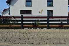 """Der moderne Zaun """"Bielefeld"""" aus Aluminium gefertigt. Hier in einer zweifarbigen Variante als Hingucker.   #Designzaun #Zäune #Metallzaun #Aluzaun #modernerZaun #exterior #Zaunanlage #zaunmodern #Aluminiumzaun #Metallzaun #schmiedezaun #Einfriedung #schmiedekunstwerk"""