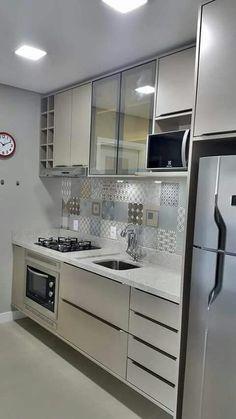Cozinha Pequena - Como Organizar, Decorar, Otimizar + 35 Fotos in 2020 Kitchen Decor, Interior Design Kitchen, Small Kitchen Decor, Apartment Kitchen, Small Kitchen, Kitchen Interior, Kitchen Remodel, Trendy Kitchen, Rustic Kitchen