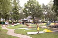 Midgetgolfen in de bosrijke omgeving. Baseball Field, Hotels, Europe, Pagan