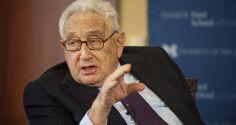 Derzeit umwirbt Hillary Clinton mehr Konservative und Republikaner als Progressive und Demokraten. Dabei sucht sie den Schulterschluss mit Kriegsverbrechern, wie zum Beispiel Henry Kissinger.
